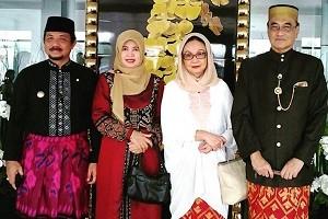 Bupati Sumbawa Barat - Zulkifli Muhadli dan Sultan Sumbawa - M Kaharuddin IV didampingi isteri masing-masing