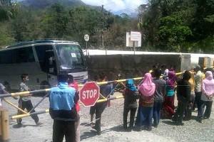 Warga Tongo tutup akses jalan ke Pit Batu Hijau