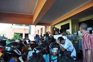 Demo warga Batulanteh di Kantor Bupati