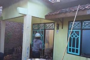 akibat tuang bensin di dekat kompor, rumah terbakar