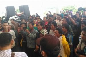 Demo masyarakat adat di sekretariat DPRD Sumbawa