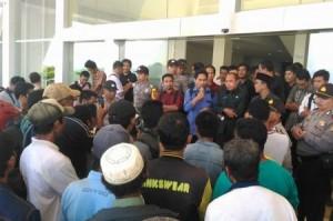 Jasardi Gunawan saat berdemo di gedung DPRD Sumbawa