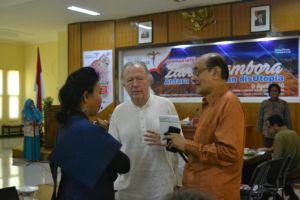 Sultan Sumbawa sedang berbincang dengan peserta dari luar negeri