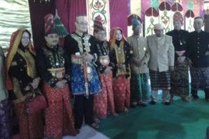 foto bersama sultan dengan bupati dan wakil bupati sumbawa