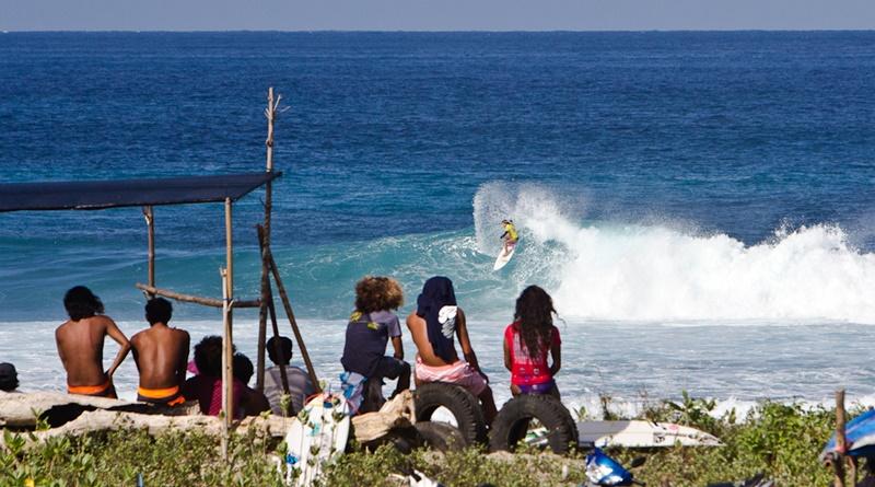 Surfing di Pantai Yoyo Sekongkang