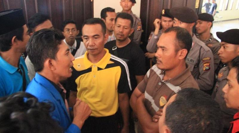 Alwan cs dihadang Aparat Polisi dan Pol PP