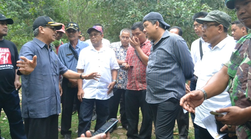 Fahri Hamzah menyimak penjelasan Bupati Sumbawa