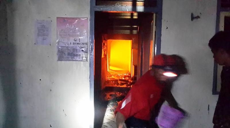 Warga berupaya padamkan api