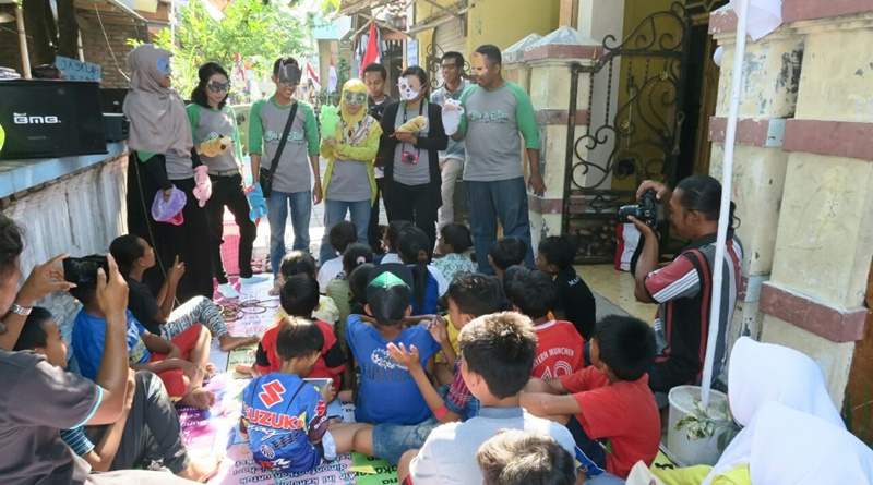 Menginspirasi anak-anak di Kampung Kejawan Lor, Pantai Kenjeran, Surabaya, agar terus menjaga kebersihan lingkungan sekitarnya