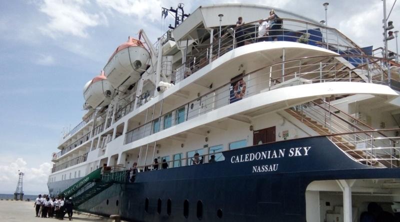 Kapal Pesiar Caledonian Sky nyandar di Pelabuhan Badas Sumbawa