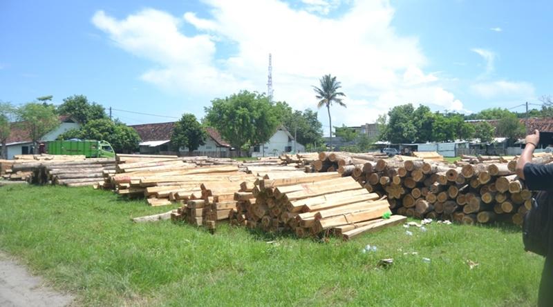 Kayu diduga hasil ilegal logging diamankan di Makodim 1607 Sumbawa