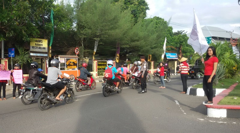 Solidaritas Perempuan Sumbawa menggelar aksi pembagian selebaran ke pengguna jalan di seputar Tugu Adipura Sumbawa Besar