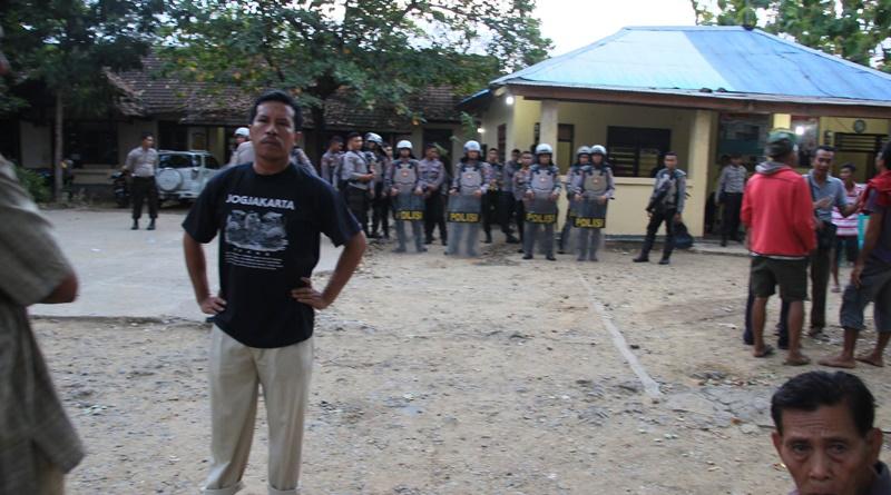 Tampak Anggota DPRD - Khaeruddin berupaya damaikan warga yang bersitegang
