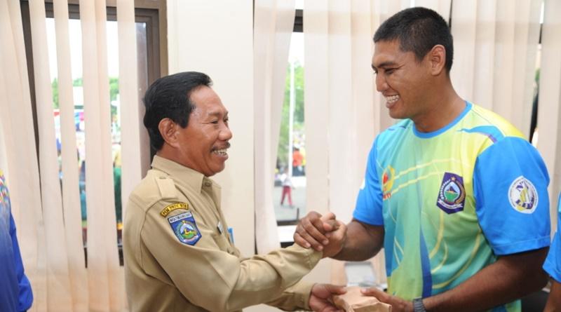 Bonus bagi atlet peraih-medali PON IX diserahkan oleh Sekda Sumbawa