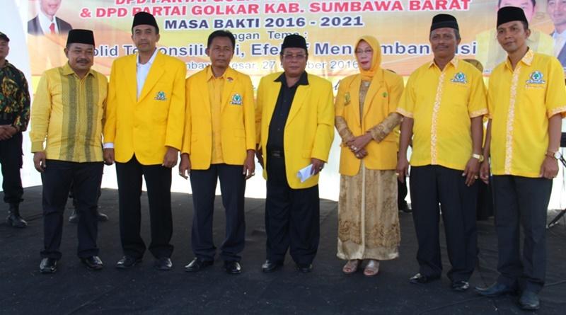 Inilah wajah baru pengurus DPD II Partai Golkar Kabupaten Sumbawa periode 2016 – 2021 bersama Ketua DPD I - Suhaili (tengah)