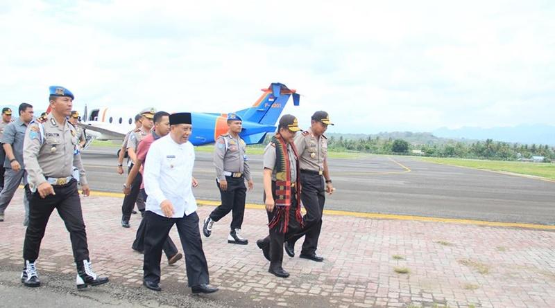 Kapolri disambut oleh Kapolda NTB dan Wabup Sumbawa di Bandara Sultan Muhammad Kaharuddin III