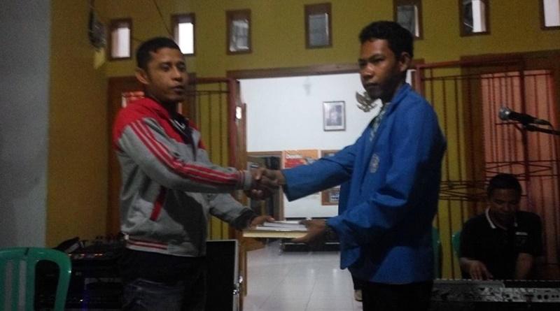 Penyerahan sumbangan buku kepada Ketua Remas Desa Orong Bawa Kecamatan Utan