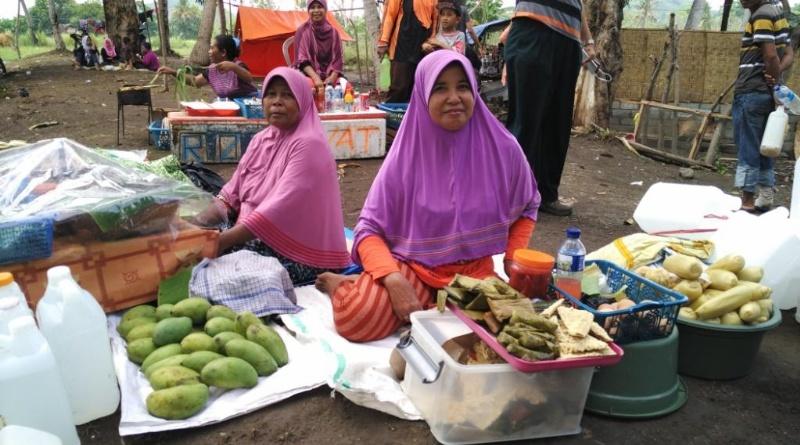 Warga setempat manfaatkan ramainya pengunjung dengan berjualan buah-buahan