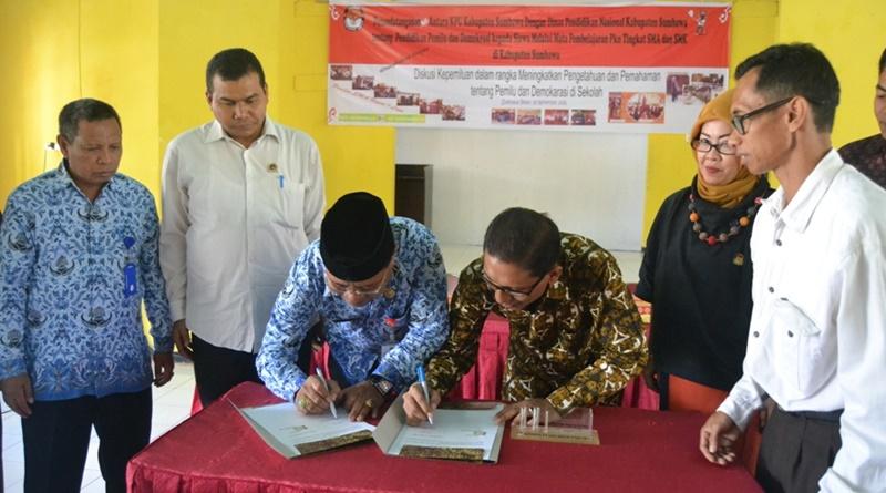 Penandatanganan kerjasama KPU Kabupaten Sumbawa dengan Diknas Sumbawa