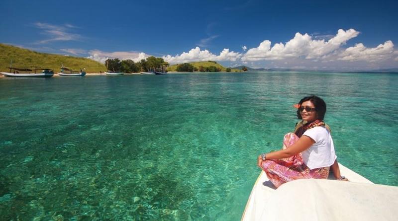pulau-kecil-yang-dikelilingi-terumbu-karang
