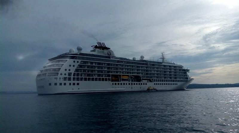 kapal-pesiar-the-world-siap-berlabuh-di-pelabuhan-badas