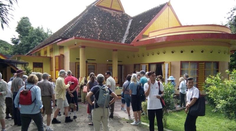 Wisman berkunjung ke Istana Bala Kuning
