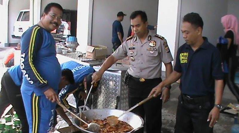 Tampak Kapolres AKBP Muhammad Suhanda SIK ikut menggoreng ikan bagi para korban banjir