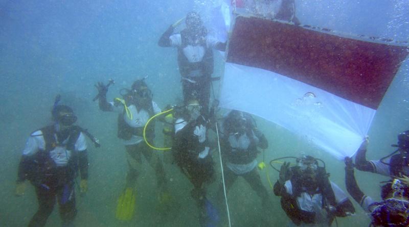 Karyawan PTAMNT Gelar Upacara Bendera di Dalam Laut