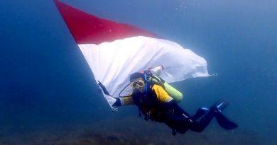 Karyawan Amman Mineral Kibarkan Bendera Merah Putih di Bawah Laut